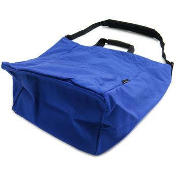 ショルダーバッグにもなるこのトートバッグは、マチも広めで荷物をたっぷり入れることができます。