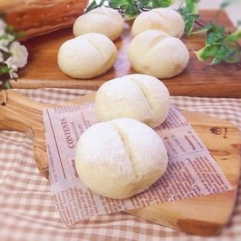 ふわふわで出来立てのパンは香りもいいですし、口に入れると温かくて柔らかくて幸せな時間ですよね。今は自宅で手作りのパンを作る環境も整っていて、手作りだからこそ美味しくて体に優しいレシピを作りたい人も増えています。