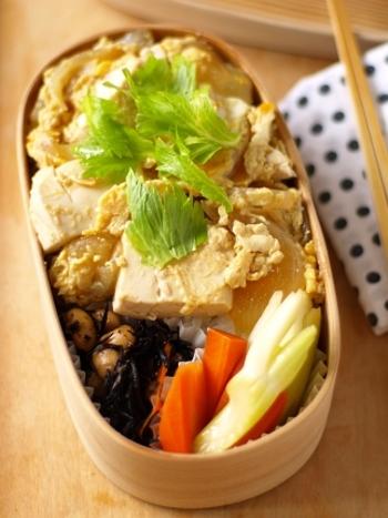 定番の豆腐の卵とじを、ご飯の上からサッとかけるのも食欲をそそります。
