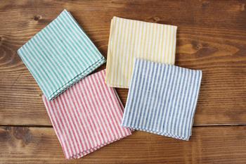 カラーは、アオ、キイロ、アカ、ミドリの4色。細目のストライプは、きちんと感があり、シャツの胸ポケットに忍ばせておいてもとってもお洒落です。男女共に使えるので、彼氏やパートナーと一緒に使うのもいいですね。
