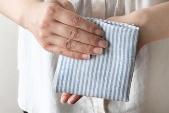 麻100%素材のこちらのハンカチは、清潔感溢れるストライプ柄の一枚。麻や綿は、天然素材の中でも吸水性に優れ、乾きやすいのが特徴なので、使い心地も抜群です。