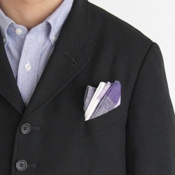 白のキリリとした清潔感を合わせ持つハンカチは、きちんとした服装にも◎。ポケットチーフとして、こんな使い方もありますよ!