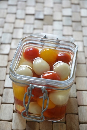 コロコロと可愛いミニトマトとうずらの卵のピクルス。ピックで刺してピンチョスのように盛り付けても楽しいですね。