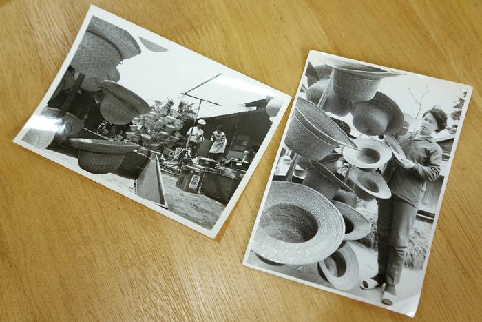 取材中、英雄さんのお母様が昔の資料やアルバムを大事そうに抱えながら見せてくれました。その中で、こんな貴重な写真も。右は、英雄さんのお母様。屋外で幼稚園の帽子を干しているところです