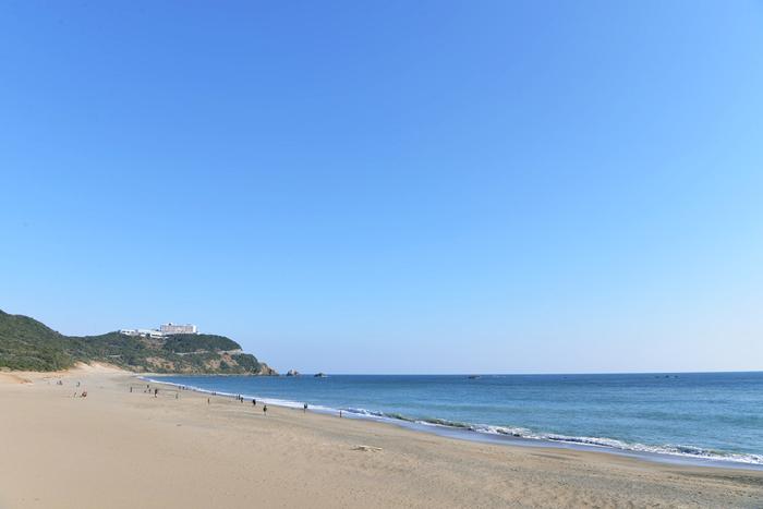 「ココナッツビーチ伊良湖」の周辺は、たくさんの観光スポットに恵まれています。こちらの砂浜は「恋路ヶ浜(こいじがはま)」。「恋人の聖地」に認定された砂浜で、「永遠の愛を誓う鐘」が設置されています。