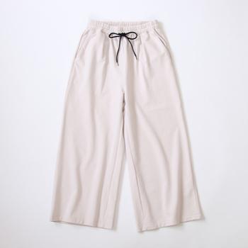 こちらも裏毛素材のワイドパンツ。夏はさらりと着こなして、冬は厚手のタイツやソックスと合わせてオールシーズン着ることができます。