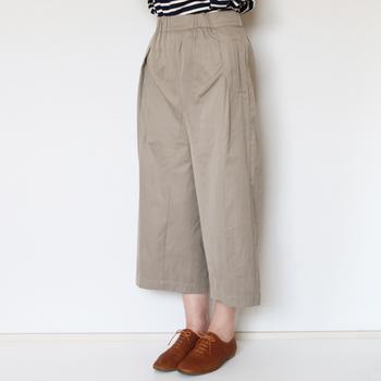 一見ロングスカートのようなガウチョパンツ。身長の高くない人でもバランス良く履くことができます。