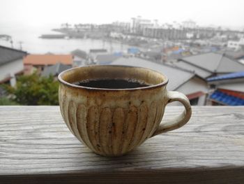コーヒーは自家焙煎で提供されて、味わいのあるカップでいただけます。 店内の内装もおしゃれで、店のセンスの良さを感じます。