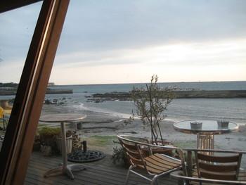 海にほど近い場所ですが、海水浴場でないので海の風景を楽しめるカフェです。葉山マリーナに近くにあり逆台形の建物で目立つ外観になっています。テラス席は、犬を連れて利用できます。 営業時間は、11時~日没まで金曜日~日曜日・祝日の営業になっています。