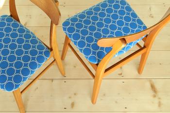 座面はミナ・ペルホネンのタンバリン生地で張替えました。立体的な刺繍から紡ぎだされる個性的な柄が印象的。可愛らしさと大人っぽさが共存する、美しい1脚に仕上がりました。