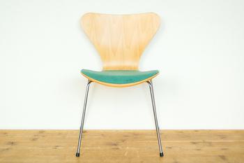 『フリッツハンセン社製 アルネ・ヤコブセン セブンチェア /1991年』  1991年のプロダクト商品。体のラインに沿って自然としなる快適な座り心地と、見た目のフォルムも美しいチェアです。