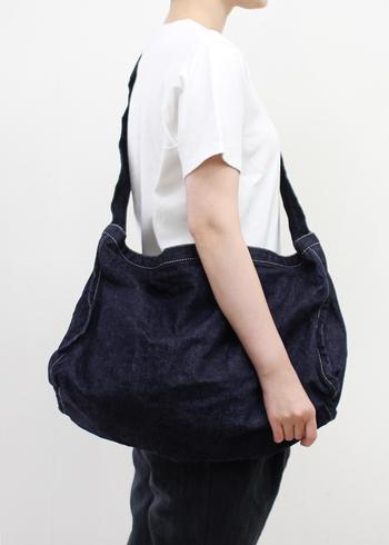 昔の新聞配達員が使っていたような古いニュースペーパーバッグをイメージしてデザインされた「LABOR DAY(レイバーデイ)」のバッグ。軽くて使い勝手も良く、自然と体にフィットするこなれた雰囲気も魅力です。