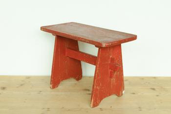 『フィンランド製 ベンチ』  1940年代のフィンランド製のベンチ。使われてきた数十年の年月の間で、持ち主がかなり以前に塗装をした跡が見られます。お部屋で使っても良し、ベランダやお庭において楽しむのも良しです。
