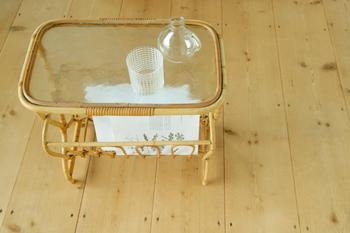 『デンマーク製 ビンテージ マガジンラック』  1950-60年代のビンテージマガジンラック。天板のビンテージガラスがなんともいえない味わい。フレームはバンブーとラタンで作られていて、どこか懐かしさも感じる佇まいです。