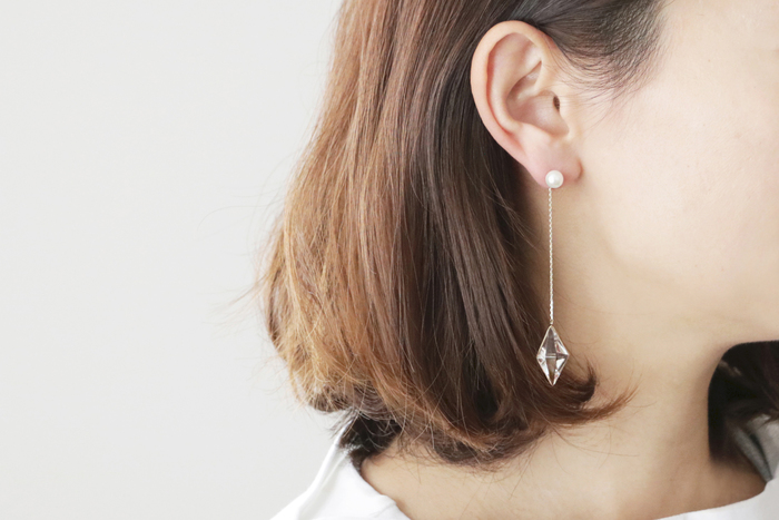 切子×あこやパールという、上質な異素材の組み合わせが目にも楽しい「KIRIKO魚子つなぎピアス」。切子部分には、光の屈折率・透過に非常に優れた高品位のクリスタルガラスを用いています。 モダンでシンプルなデザインでありながら、耳元でほど良い存在感を醸し出し、たおやかな揺れ感と透明度の極めて高いガラスが上品さをプラス。昼と夜、室内外。着けるシーンによって表情が変わるのも大きな魅力です。