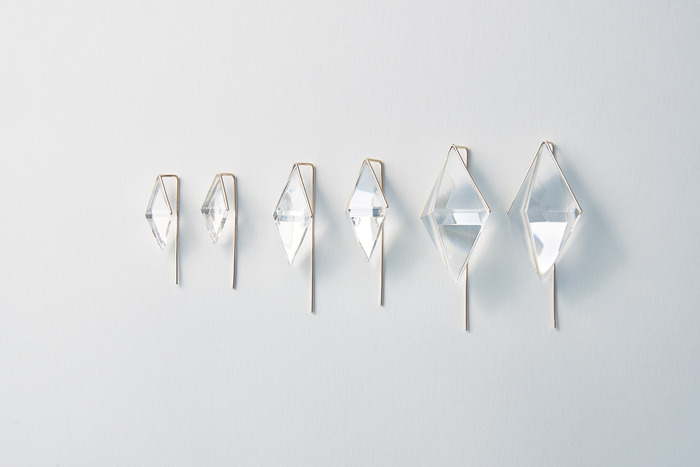 こちらのシリーズは、両耳に切子を用いたゴージャスな「KIRIKO魚子ピアス(ペア)」(写真)、切子×パールのアシンメトリーな「KIRIKO魚子とあこやピアス」の2つのデザイン、S・M・Lの各3サイズをご用意。