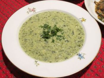 タンポポはデトックス効果があるので人気がある野草の1つです。スープにしたり、サラダにするのもおすすめです。