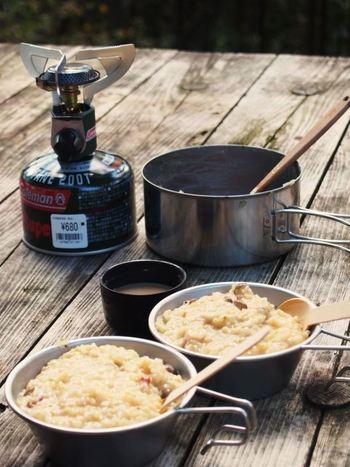キャンプでお米を炊いて余ったしまった時に、ささっと作ると喜ばれそうな一品。翌日の朝ご飯にもいいですね。ベーコンの出汁が沁み出たチーズリゾットは、優しくお腹を満たしてくれそうです。