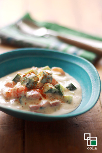 ヨーグルトではなく、豆乳&豆腐ベースで作るちょっと変わったベジ仕様のライタです。カイエンペッパーでちょっとピリッとさせるのがおいしいのです。