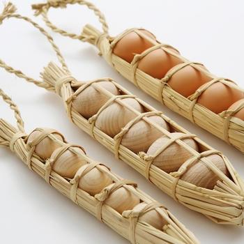 卵を割れないように持ち運ぶ「卵つと」には昔の人の知恵が詰まっています。こんな風にきっちり卵を入れておけるなんてびっくりですね。この卵つとには木製の卵が入っていて、そのままお部屋に飾っておけます。本物そっくりの通常サイズとミニサイズの二種類があり、どちらも注文を受けてから手作りで作られる素敵なオブジェです。