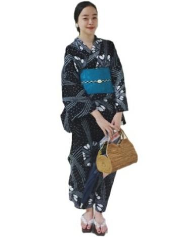 藍色の浴衣にブルーの帯とかごバッグを合わせて涼しげに。ピアスや帯留め、鼻緒で取り入れた白のアクセントが、全体をバランス良くまとめています。