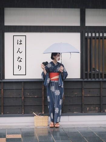 さっぱりとした黒髪ボブに藍色の浴衣を。朱色の帯は折り返して裏側の色を見せることで、主張し過ぎず程良いアクセントになっています。松野屋のかごバッグは普段使いもできるので、ひとつ持っていると便利ですよ。京都の街並みが似合う、とっても素敵な着こなしですね。