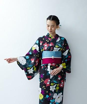 夜空の下咲き乱れる力強い花々を思わせる、ちょっぴりサイケデリックな色使いの浴衣。帯にも柄と同じ色を取り入れて、統一感のあるコーディネイトに。