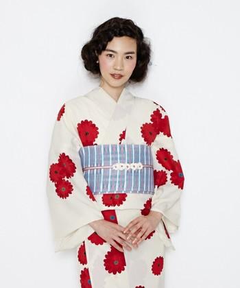 真っ赤な丸菊が目を引く乙女チックな浴衣。帯には寒色を取り入れて、涼しげで落ち着いた雰囲気をプラスしています。
