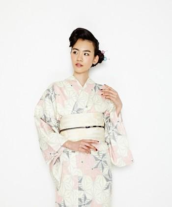 古典柄ですが、色使いによってモダンな雰囲気も感じる麻の葉柄の浴衣。白い帯でさらっと着こなすとかっこいいですね。