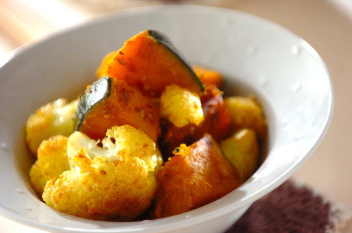 数種類のスパイスを使っていてエスニックな雰囲気のある一品です。少ない水で蒸し焼きにするのがポイント!それによって、野菜の甘みが引き立つのです。