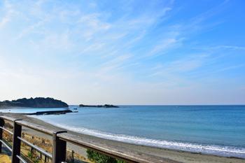 逗子・葉山は、東京駅から電車で1時間程度でアクセスできる街です。神奈川県であっても、逗子・葉山は、湘南や三浦海岸とは異なって、葉山御用邸に代表されるような落ち着いた雰囲気がある街が特徴です。相模湾に海岸線が接している街で、国道134号線や海岸沿いには多くの人が訪れています。