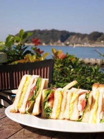サラダ、ハンバーガー、海鮮どんぶりなどのバライティー豊かな食事が楽しめます。パンケーキ、バーガー、デザートなどの軽い食事もできるので、お気楽に寄れる店舗となっています。