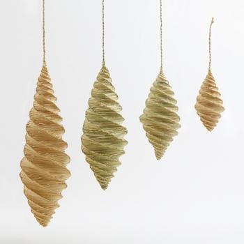 こちらは吊るすタイプの蛍かご。ゆらゆら風に揺れる様子を眺めるだけで、涼しさを感じられそうです。
