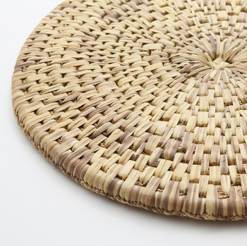 他にもオンラインショップには暮らしに取り入れたい、素朴で温かな藁の道具が揃っています。全て注文を受けてから制作する手間のかかったものばかり。