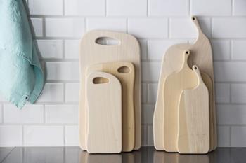 まな板ってたいてい同じような形をしていますが、このまな板は有機的な形をしていてとてもユニーク。かわいさや、ユーモアさえ感じさせてくれます。岐阜県の木のある暮らしの心地よさを提案する「woodpecker(ウッドペッカー)」のまな板です。水はけがよく乾きやすいいちょうの木で作られていて、使い勝手もちゃんと考えてあるところが素敵です。