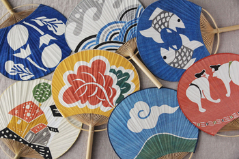 暑い夏にはぜひほしいうちわですが、できるならちょっと粋でやさしい曲線を感じさせるものを使ってみたいですね。日本の夏の趣をしみじみと感じさせるような風流なうちわで、この夏を楽しく過ごしたいものです。柚木沙弥郎さんの型染めうちわ、お気に入りの絵柄をチョイスして♪