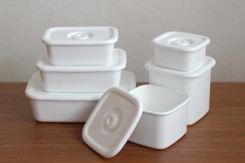 1934年創業の「野田琺瑯(のだほうろう)」。熟練の職人によって手間ひまをかけて丁寧に作られる琺瑯製品は現在でも多くの人たちの暮らしに寄り添い、愛され続けています。写真は2013年にグッドデザイン・ロングライフデザイン賞を受賞した保存容器「ホワイトシリーズ」。