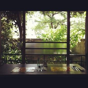 店内からはお庭の緑が目に入ります。窓に向いた2人席もあるので、おしゃべりにも花が咲きそう。