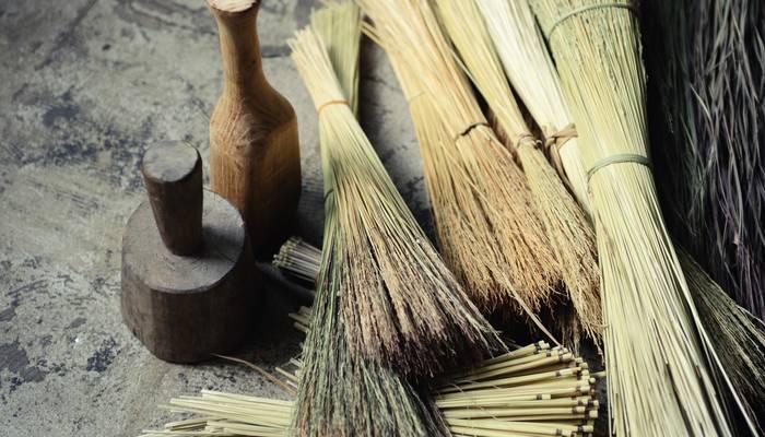 藁の良さはなんといってもその温もりにあります。柔軟で保温性があるので、日本人の生活とは切っても切り離せないものとして根付いてきました。現代の生活では見ることも少なくなってきましたが、その文化は後世に伝えていきたい大切な宝ものです。その為の活動をしながら素敵な藁の道具を生み出しているのが「工房ストロー」なのです。