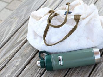【クラシック真空ウォーターボトル(0.75L)】 クラシックなハンマートーンのボディが美しく、ちょっぴりレトロな佇まいが可愛らしいデザインのウォーターボトルです。 強いステンレスボディとバキューム(真空)のコラボで優れた保温、保冷効果のある魔法瓶です。 こちらは、フタがボディと一体型になっていて、手軽に外せるうえに、紛失する心配もありません! 飲み口が小さいので飲みやすさも◎すっきりとしたコンパクトな形で持ち運びもしやすいです。