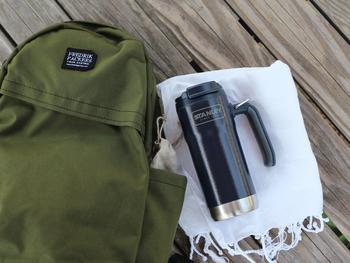 【真空トラベルマグ(0.47L)】 保温性、保冷性の高いステンレス製マグのラージサイズ。 飲み口が閉じられ、倒れてもこぼれにくいスクリュー式のフタや、持ちやすいハンドル付きで使い勝手、飲みやすさは抜群です! バッグに入れて持ち運ぶのはもちろん、リングも付いているので、バッグ引っ掛けておくこともできます。日常使いからアウトドアまで幅広く使えるアイテムです♪