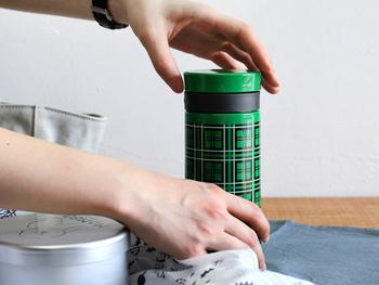 【AVEOチェックタンブラー(0.3L)】 フタを開けてそのまま飲むタンブラータイプなので、気軽にいつでも補給ができちゃいます。 ステンレス二重構造で機能性が高く、外気の熱を伝えず、また中の熱も逃がしにくい優れた保温効果も。 氷を入れても、飲み口にある中蓋がストッパーになってくれるので、飛び出さずに飲むことができます。いつでも冷たいものが飲めるのは嬉しいですよね! バッグにすっぽり入るサイズなので、持ち運びには最適です。