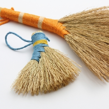 また天然の藁を使っているので、それぞれ出来上がりの色あいも異なります。お手元に届く藁細工はまさに自分だけの一品と言えますね。