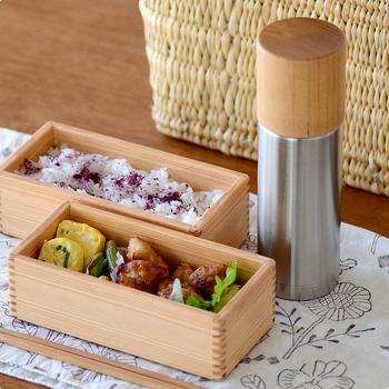 【魔法瓶水筒】 古くから金属加工産業の盛んな新潟県燕市のステンレス魔法瓶メーカー「SUS gallery(サスギャラリー)」とコラボレーションして製作した、ステンレス水筒です。 SUS galleryの誇るステンレスの高い保温・保冷性能に加え、MokuNejiの作る手ざわりも口当たりも優しい「けやき」で作った木製コップ。 木のコップは熱の伝導率が低いため、熱いものを注いでも本体は熱くならず、冷たいものもしばらくはぬるくなることがありませんので、ゆっくりと飲み物を楽しむことができます。 ステンレスと轆轤(ろくろ)で挽かれたコップの木目が見た目も美しく、ほっこりしてしまいます。
