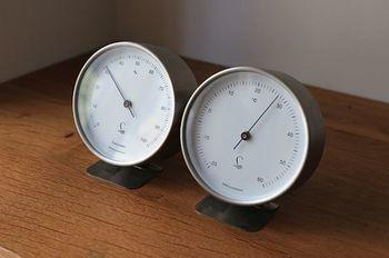 外の温度が高くなり、皮膚から熱を放出できなくなった際に湿度が高いと、発汗で身体の熱を放出させようとしても、汗が蒸発(気化)せず流れ落ちるだけとなるため、身体から熱を放出する能力が減少して熱が溜まったままになってしまうんです。  体温調節が難しくなり熱が放出できなくなった身体は、どんどん熱が溜まり、最終的に熱中症になってしまうというしくみ。
