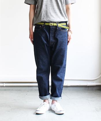 【アンクルデニムパンツ - ONE WASH -】 コットン100%のデニムパンツです。 「いま、10年後、もっと先もFITする自分だけの服」をコンセプトに作られているだけあって、形は通年着られるシンプルな形。 程よいゆったり感と丈感で、カジュアルはもちろん、きれいめコーデにも使え、様々なシーンで活躍してくれます。 ロールアップするとチラッと覗く赤ミミが可愛い♪