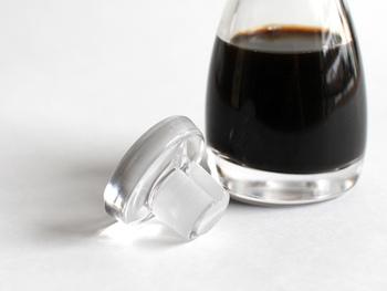 素材にこだわっているのも「THE 醤油差し」のポイントです。パーツは全てガラス製で透明度の高いクリスタルガラスを使用しており、プラスチックよりも衛生的でオシャレなイメージに。