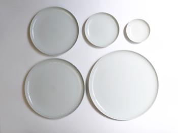 シンプルで美しいツヤのあるプレートは和洋中どんな料理にも合うので重宝すること間違いなしです♪薬味や調味料入れにちょうどいい小皿から、シェアしたりワンプレート皿にもピッタリの大皿まで揃っています。