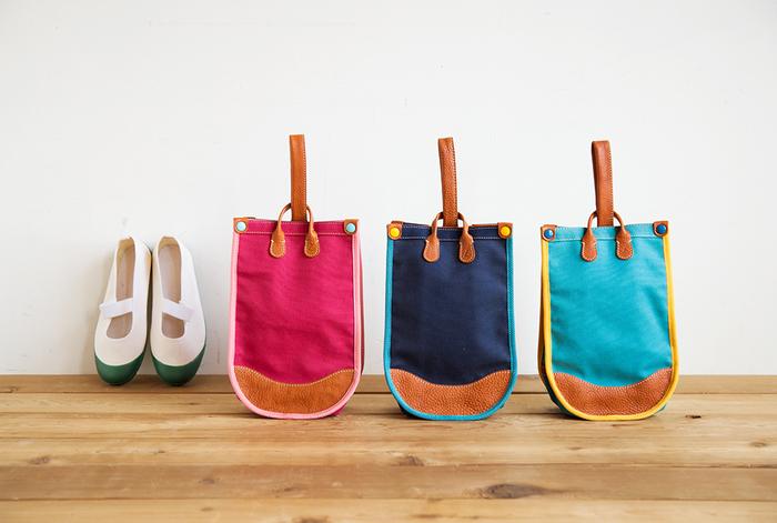 土屋鞄のうわばき入れは、気持ちがウキウキするようなカラフルなキャンバス生地。使い込むほどに自分の色に変化する、ちょっと大人っぽいオイルヌメ革の持ち手がポイントです。ランドセルと同じように職人さんがこだわり抜き、持っていて楽しくなるようなこども鞄に仕上げました。
