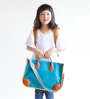通学時のサブバッグとして大き目のファイルやリコーダー、体操服などランドセルに入りきらないものを入れて。ショルダーベルトも付いているから、肩からかけて使用できるから便利です。